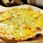 siete - 4種のチーズをふんだんに使用したクアトロチーズピザ