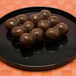 土佐屋 - 小豆のこしあんを寒天で包んだ昔懐かしい味のあんこ玉。 ひと口サイズの可愛らしい見た目と、やさしい甘さに癒されます。
