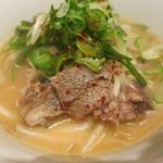 韓国旬菜ハル - 濃厚な牛骨スープに縮れ麺、お肉とネギがたっぷりのっています。