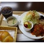 29754664 - 本日のランチ(680円)・・この日はハンバーグ(トマトソース添え)・煮ひじき・チャプチェ・ホウレンソウのポタージュ・果物・ご飯またはパン・ドリンクがセットになっていました。