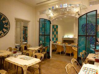 キル フェ ボン グランメゾン銀座 - レトロチックな店内 ・・・でも、テーブルや椅子はちょっと錆び過ぎでは