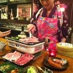 超レトロ焼肉桜坂 - スタッフがお焼きいたします。