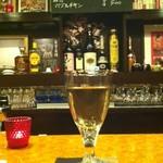 超レトロ焼肉桜坂 - カウンターのワイン。
