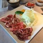 焼肉アリラン - 「アリランランチ(1,600円)」。この日は上バラ+上バラ+ハラミの盛り合わせでした。選べる肉はカシワをチョイス