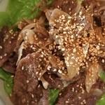 焼肉アリラン - カルビ丼。ゴマや野菜もたっぷりでヘルシーなセットですね♪