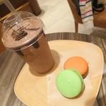 リンツ ショコラ カフェ - デリーズてマカロンのこと。デリーズセット(1080円)ドリンクとマカロン2個付き♪