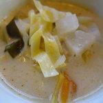 シンカム 黄金の獅子 - ココナッツミルク風味の野菜スープ(お皿に取り分けてます)