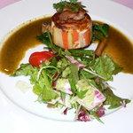 レストラン シャンソニエ - オマール海老の春キャベツ包みです。こちらも最初の1品です。違う種類をオーダしました。こちらも美味しかったです。