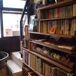 逃現郷 - 階段下の本棚