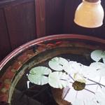 逃現郷 - 入口近くに置かれた鉢と金魚