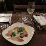ヴィサージュ - 前菜600円とハウスワイン500円(税込み)