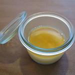 29766431 - ガラスの器に入った奥の家の卵のフラン
