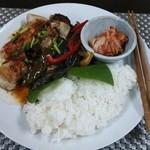 ゲジョル - 日替わりランチ。この日は鶏肉を韓国風の味付けで調理していただきました!!ピリ辛で食欲が増します☆