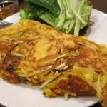 佑佳 - ベトナム風お好み焼き。こちらも野菜にくるんで頂きます。