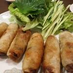 佑佳 - 揚げ春巻きh野菜に包んでいただきます。