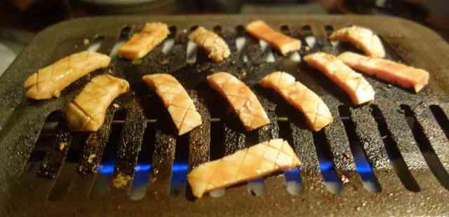 牛屋 銀兵衛 - 早速焼き焼きして頂くと ハツ元はコリコリと美味しく ハツはハリがあってジューシーで美味しく コプチャンはとろけるように美味しいです。