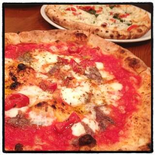 ヴォメロ - ピッツァ・ロマーノ。 釜焼きのナポリピッツァ。 ちゃんと美味い。 前菜、ドリンク付きで¥1,050は立地を考えると驚異的。並ぶけどね。