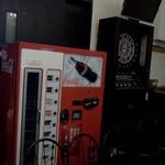 DROP - ビンコーラの自動販売機の外側