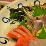 居酒屋 ぶらぶらある記 - 飲み放題付きの5000円コースのお刺身です!活きアジと他4種盛です!!  他、ローストビーフ、握り寿司など!!