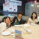 紅磡  - 店内に上がると広い店内は家族連れで賑わって、一緒に行った高校生たちも大きな中華料理のファミレスに行った気分で安心して食事が出来たみたいです。