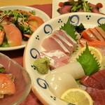 居酒屋 ぶらぶらある記 - 飲み放題付きの4500円コースのお刺身です!!サーモン、マグロなど、5種盛!!  他、ズワイガニフライ、握り寿司など!