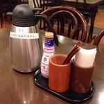 あじひろ - テーブルの上にお茶漬け用の出汁のポットがあります