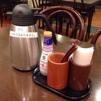 あじひろ-テーブルの上にお茶漬け用の出汁のポットがあります
