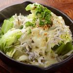 ガラクッタ - チーズがとろ~り『シラスとキャベツのチーズ焼き』