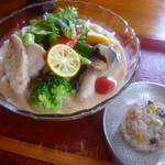 嚼夢果  - 「むね肉の昆布〆と彩り野菜の白胡麻 米粉麺(おこわ飯付) (800円)」