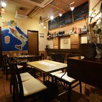 バール タッチョモ - 宴会も可能なテーブル席