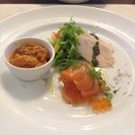 29808595 - 前菜(鶏のハムのバジルソースがけ、サーモンのいくらソースがけ、内臓のトマト煮)