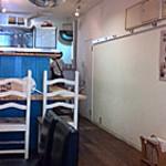 シエロアスール・カフェ - レトロな雰囲気の店内 奥は厨房でその手前がカウンター席です。
