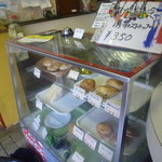 立石バーガー - 普通にショーケースでパン売ってますよ