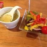 燻し人 しんご - セットのサラダとチキンスープ