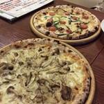 29816240 - フレッシュトマト&バジルときのこのピザ