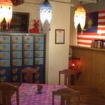 ケニーアジア - ロングテーブル、奥には下駄箱