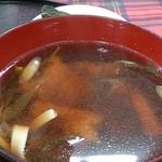 食堂どん - 「新鰺ヶ沢名物 ヒラメのヅケ丼」(1,300円)の汁物