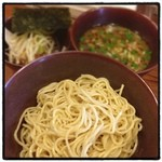 イツワ製麺所食堂 - イツワつけ麺。 ポキポキした食感の中細麺が美味い。 酸味のあるどことなく東南アジアを感じるスープに合ってる。女性っぽい感じ。