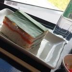 道の駅 海山 - 紀北町の郷土料理の押し寿司はハナミョウガの葉を敷き詰めて防腐作用効果もあり。ミネラルウォーターは銚子川の水♪
