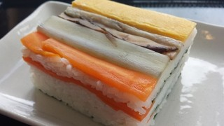 道の駅 海山 - 紀北町の郷土料理の押し寿司のアップ♪人参、椎茸、ごぼう、薄焼き卵がきれいに並べられています。