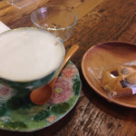 フォレドール - ダージリンティーラテと、手作りクッキー☆クッキーには、ヘルシーなココナッツオイルを使用しているそう♪