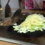 たこ勝 - すじモダン そばとキャベツを焼きながらすじコンを炒めます。