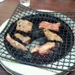くいしんぼう - 肉を載せると煙が蔓延します。