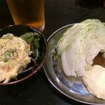 四文屋 - ポテサラ200円、キャベツ100円