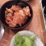 あみ焼 元祖 しちりん - セロリ浅漬け 赤がぶ酢漬け 塩キャベツ