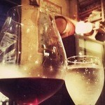 ラ ファーメ - ワイン越しに見る店内