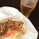 サライケバブ - ミックスケバブLとビール(^_^) ベリーホットのソースは辛い!