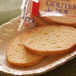 ガトーフェスタ ハラダ - 定番人気のグーテ・デ・ロワはバターの香りとサクサク、カリカリの食感が美味しい。
