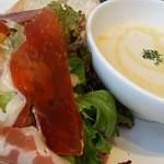 カフェ&ブックス ビブリオテーク 東京・有楽町 - フレッシュサラダ&プレートランチ