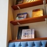 カフェ&ブックス ビブリオテーク 東京・有楽町 - 壁にはデザインやイラストの本がずらり